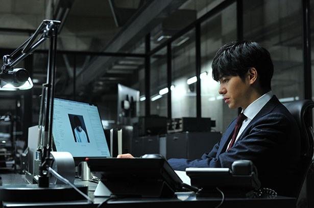 【写真を見る】パソコンのスクリーンに映っているのはL!?