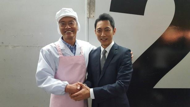 固い握手を交わす遠藤と小泉
