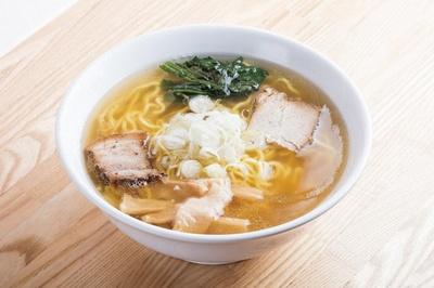 【写真を見る】埼玉総合1位、「ぜんや」のぜんやラーメン(750円)。豚骨にバラ肉と挽き肉を加え長時間煮込んだものに、昆布ダシを合わせる透明度の高いダブルスープが自慢