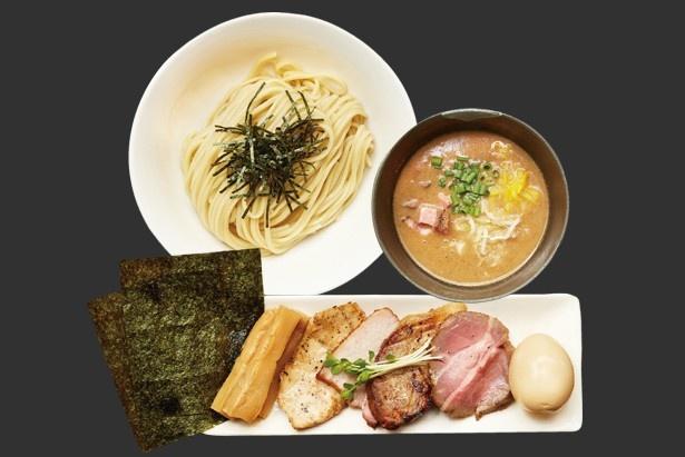 特選豚骨魚介つけ麺(柚子)(1080円)。大量の豚骨と魚介を長時間かけて炊き出した濃厚スープを、柚子の香りが引き締める一杯。別盛りのトッピングの完成度も高い