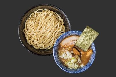 辛つけめん(中盛)(850円)。魚介の風味が強い濃厚なつけ汁はパンチの効いた味わい。太麺と絡むと、力強く絶妙な喉越しを楽しめる