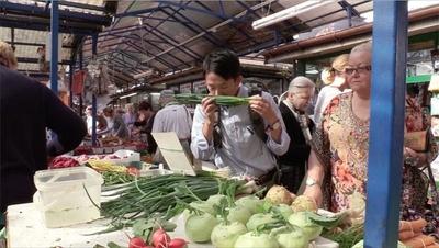 現地のマーケットで食材探し