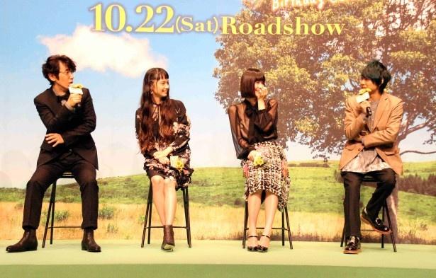 【写真を見る】須賀健太の告白に驚き、思わず須賀を見つめる出演者たち