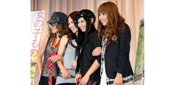 笑顔で写真に応える4人。彼女たちの友情はかなり強いのだ