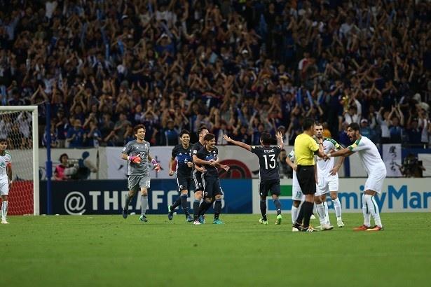 決勝ゴールを挙げた山口選手を中心に喜ぶ日本代表