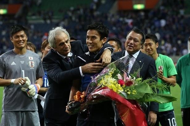 【写真を見る】ハリルホジッチ監督に抱きつかれる長谷部誠選手