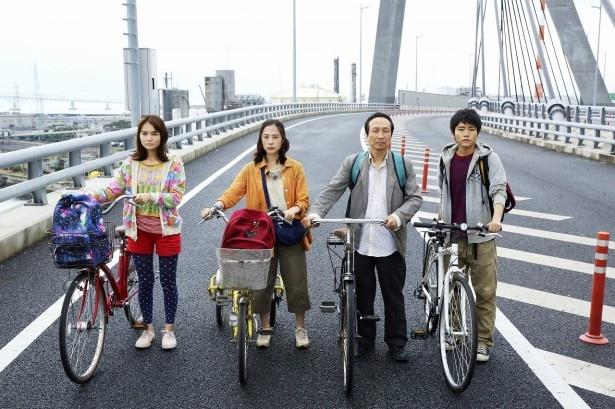 映画「サバイバルファミリー」に出演する葵わかな、深津絵里、小日向文世、泉澤祐希(写真左から)