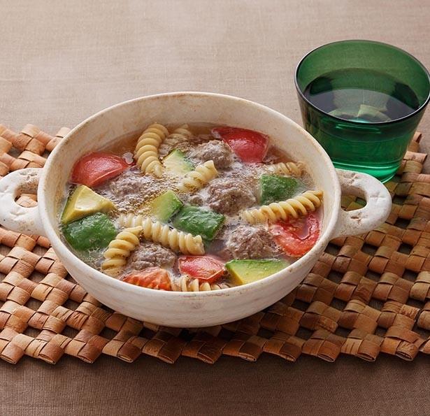 「エバラ プチッと鍋 寄せ鍋」で作った「アボカドと肉だんごのパスタ鍋」。自分だけのとっておき鍋にもチャレンジしやすい!