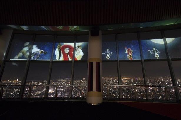 パノラマ夜景に加え、スクリーンに月が昇る場面も。立体的な音響と映像により、まるで夜空の上で舞っているかのよう