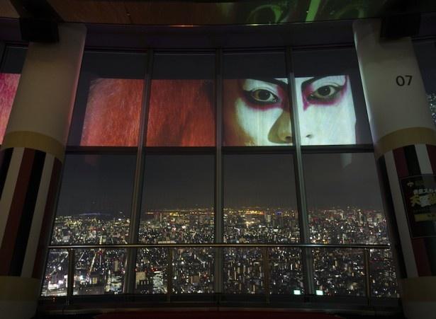 2017年1月31日(火)まで上映されている「東京スカイツリー 天望歌舞伎」。夜景と歌舞伎の斬新なコラボレーションに釘づけ