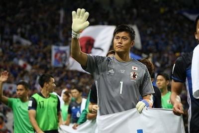 試合後にサポーターにあいさつする川島永嗣選手