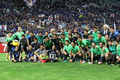 試合後に長谷部誠選手の国際Aマッチ100試合出場が祝われた