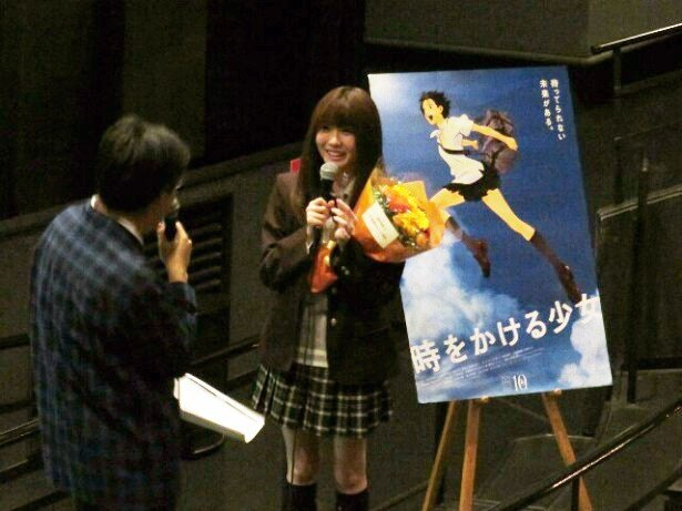 10月5日に8周年を迎えたSKE48。谷自身も2周年となるのを記念してサプライズの花束が贈られた