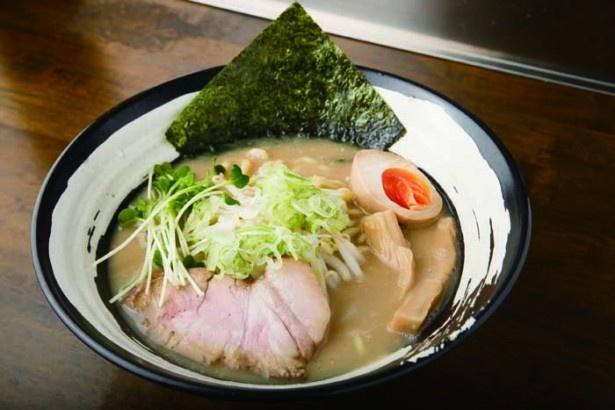 ラーメン(こってり)(680円)。豚骨、鶏ガラ、野菜を 15時間ほど煮込んでスープを取る。鶏ガラと大量の野菜、さらに豚骨を合わせて、濃厚だがくどくないまろやかな味わいに