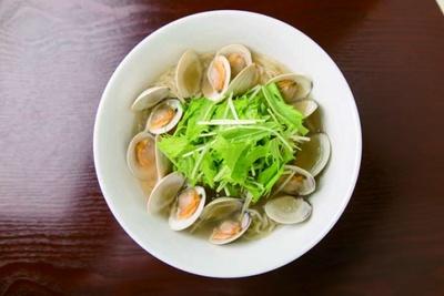 濃厚貝出汁ホンビノスラーメン(1058円)。できあがったスープを小鍋 に移し、さらにホンビノス貝を投下。塩ダレにもホン ビノス貝とアサリ節を使用