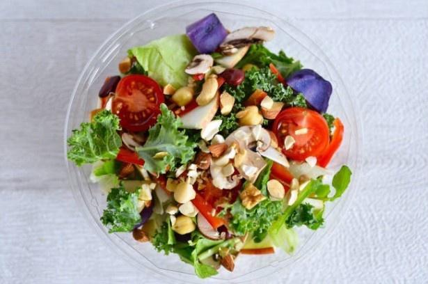 【写真を見る】15種類の野菜が入った基本のHIGH FIVE SALAD
