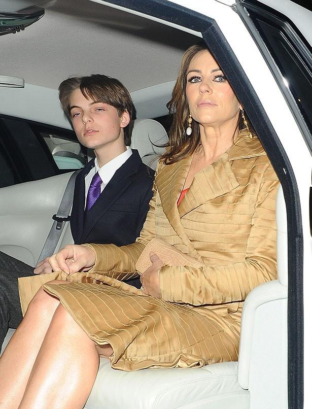 【写真を見る】モデルのエリザベスとイケメン息子のダミアン