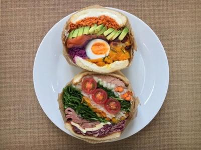 【写真を見る】ボリュームのあるサンドイッチが食欲をそそる!「第2回南大沢パンまつり」が三井アウトレットパーク 多摩南大沢で開催