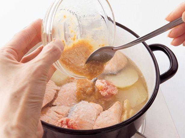 【写真を見る】みそは仕上げに溶かし入れると風味を損なわない。容器に入れ、煮汁で先に溶いておくと簡単