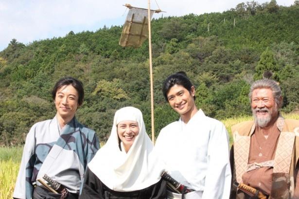 取材会に登場した(左から)高橋一生、柴咲コウ、三浦春馬、前田吟