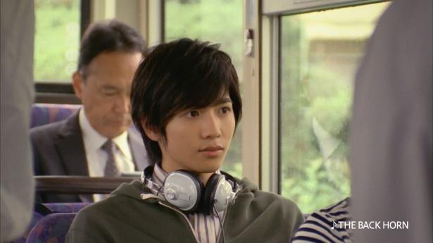 志尊淳は、永野が恋する大学生を演じる