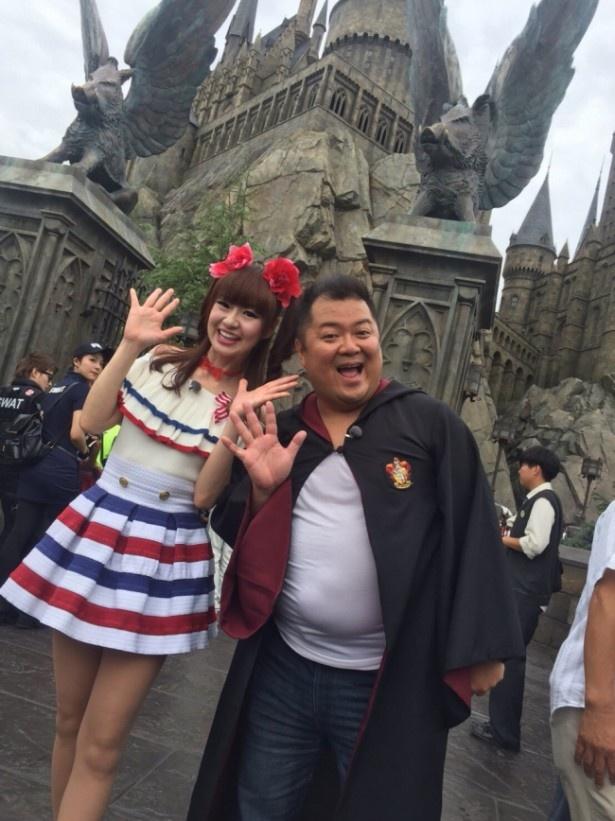 小杉竜一(右)とさゆり(左)がユニバーサル・スタジオ・ジャパンの舞台裏を支える人々を密着リポート
