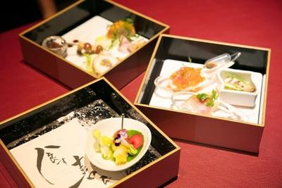 手前の小皿に盛られたフルーツと花は、スパークリングワインと合わせて食前酒に