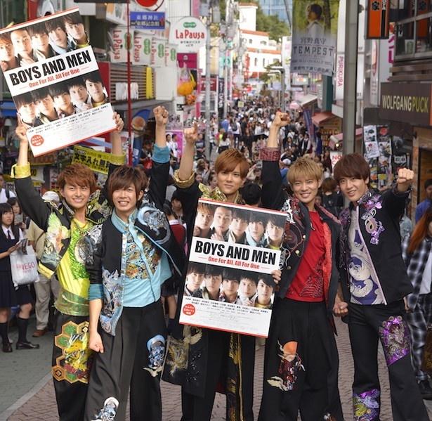 竹下通りでチラシを配布した小林豊、田村侑久、水野勝、辻本達規、土田拓海(左から)