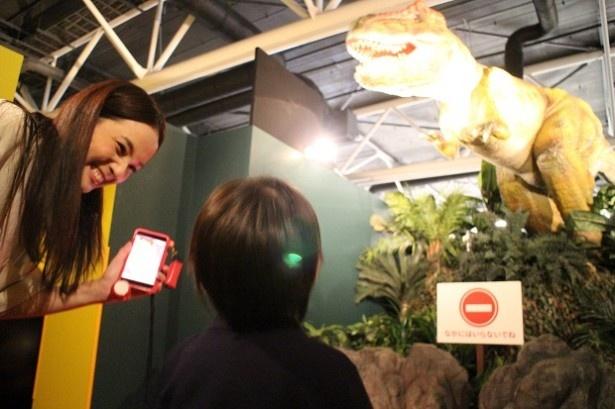 """【写真を見る】""""太古の恐竜エリア""""でティラノサウルスと駆けっこ競争!"""