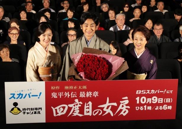 花束を受け取り笑顔を見せる片岡(写真中央)