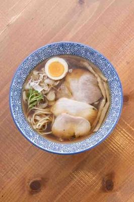 醤油そば(750円)。特注の麺は中細ストレート。スープは口に含むと奥行きのある旨味が広がる