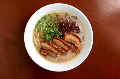 八感ラーメン(580円)。あっさりと飲みやすいスープは、鶏の風味が豊かで醤油ダレがよく効いている