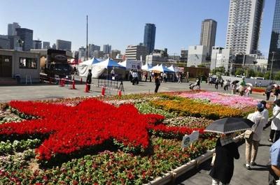 関西ウォーカーがデザインし、グリーン・サポーターが花植えを担当した「みんなの花畑」。モミジ、イチョウ、サクラをかたどった花畑は必見
