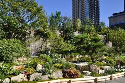 2つの滝が流れるメインガーデン。多彩な植物が植えられ、都会の真中とは思えない