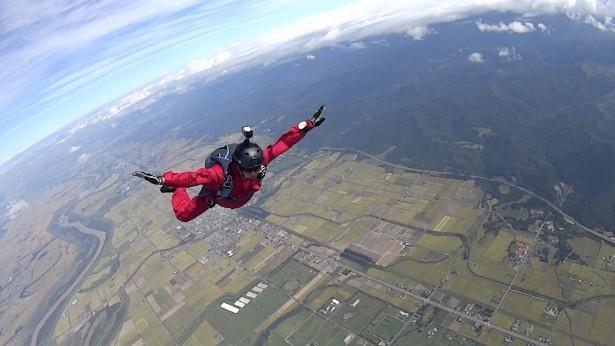 【写真を見る】パラシュートが開かなくなってしまったダイバーの運命はいかに!?