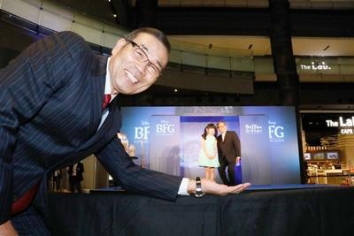 映画のBFGさながらに、本田望結とオール阪神をオール巨人が手にのせたように見えるユニークな一枚