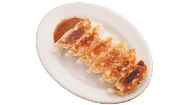 """小龍包のように汁が出てくる""""汁ダク餃子""""が食べられるのは、「ラーメン新世 本店」(産業道路駅)。「餃子」(6個300円)"""