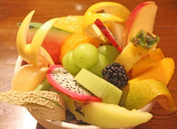 自分でフルーツを盛り付ける楽しみも!「果実の園でつくる DON」(1000円)/果実園
