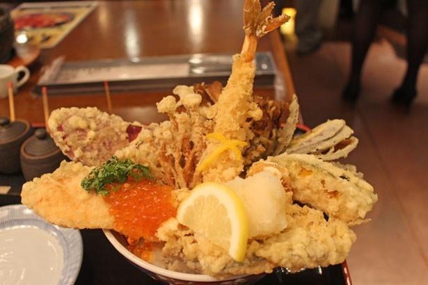海、山、里の秋の味覚を一杯に詰め込んだ「季節の天丼(晩秋詩)」(1600円)/天ぷら けやき