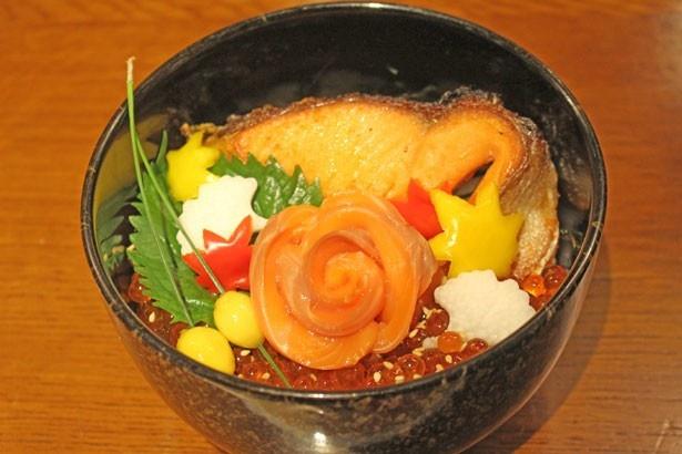 秋鮭の刺身、焼き身、イクラを一杯で楽しめる「秋味の三色丼」(1600円)/築地 味の浜藤 醍醐味