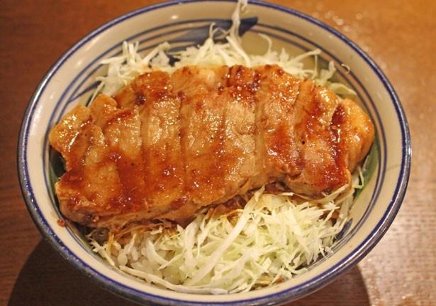 東京で食べられるのはココだけ!沖縄産「キビまる豚」のおいしさを堪能できる「キビまる豚 ステーキ丼」(1200円)/沖縄家庭料理 琉球市場 やちむん