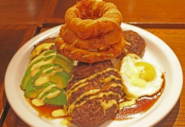 驚愕のボリューム!オーストラリアの牛タンと黒毛和牛を合わせたパテはなんと540g。「ロコモコメガ丼」(2500円)/HAMBURG WORKS