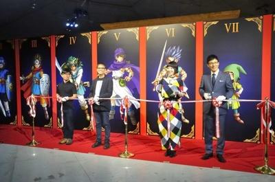 オープニングセレモニーでは、堀井雄二氏と浅越ゴエ、竹若元博、宇都宮まきによるテープカットも行われた。宇都宮の衣装はゲームに登場する遊び人のイメージ