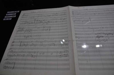 すぎやまこういちの手書きの楽譜も展示されている