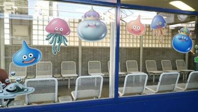 枚方公園駅の待合室や柱にもドラゴンクエストのモンスターをデザイン