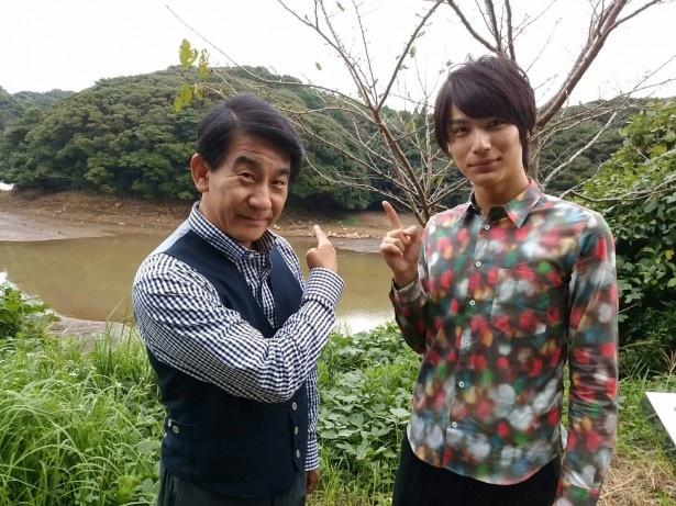 名護屋城跡を訪れた中川大志(右)と小林隆(左)