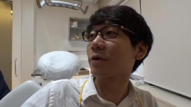 【写真を見る】小宮のトレードマークの前歯に変化が!