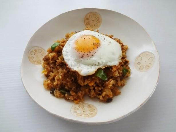卵をくずしながら食べる幸せ!「カレー風味のソースチャーハン」