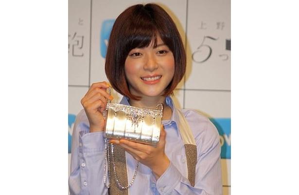 2億円のバッグを持ってニッコリ微笑む上野さん。「各監督のファンにも本作品を楽しんで欲しい」とアピール