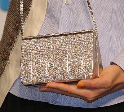 2億円のバッグの裏側にはダイヤがぎっしり!